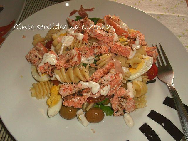 Cinco sentidos na cozinha: Salada fria de massa, ovo e salmão grelhado - apro...