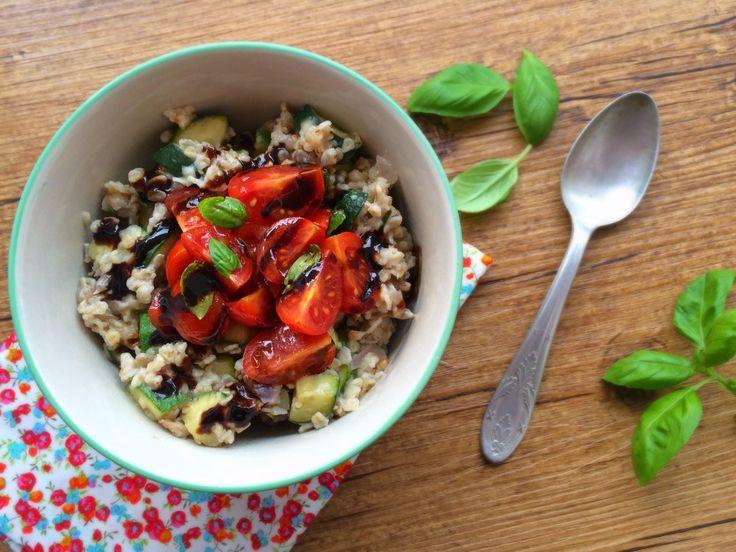 Porridge Salé à la Courgette, Tomates Cerises & Basilic #recette #végétal #vegan par La Cuisine d'Anna et Olivia