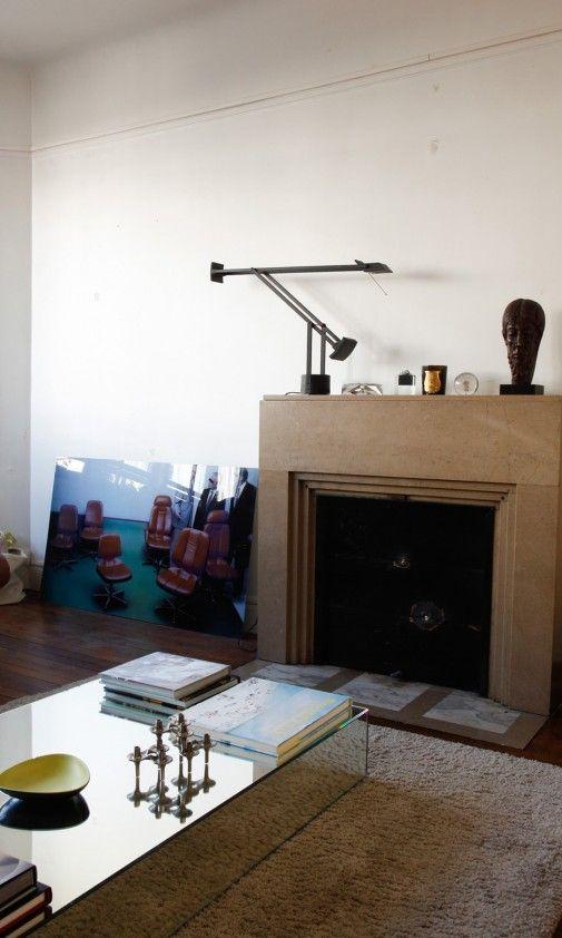 El #diseño en esta casa es como una religión. Coronando la chimenea un clásico de @artemideworld, la #lámpara de mesa Tizio | #Iluminación Innova