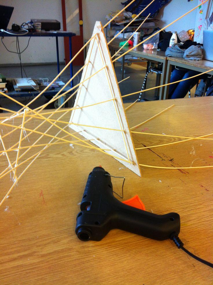 6: Jeg fortsætter op ad med at afstive på tværs end til toppen, hvor jeg afslutter med den den lille trekant.