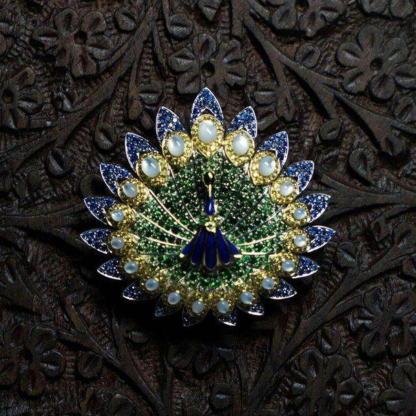 Брошь-подвеска «Индийский павлин» символизирует преданность и вечную любовь. #cluev #hautejoaillerie #jewelery #PreciousStones #sapphire