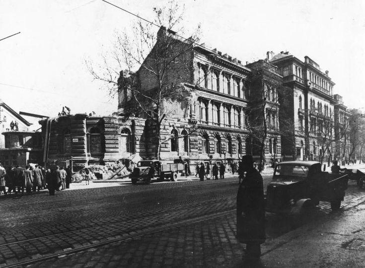 Üllői út, balra a Szentkirályi utca torkolata. Pázmány Péter Tudományegyetem, Orvostudományi Kar, II. sz. Belklinika, a bombatalálatott kapott épületrész bontása.