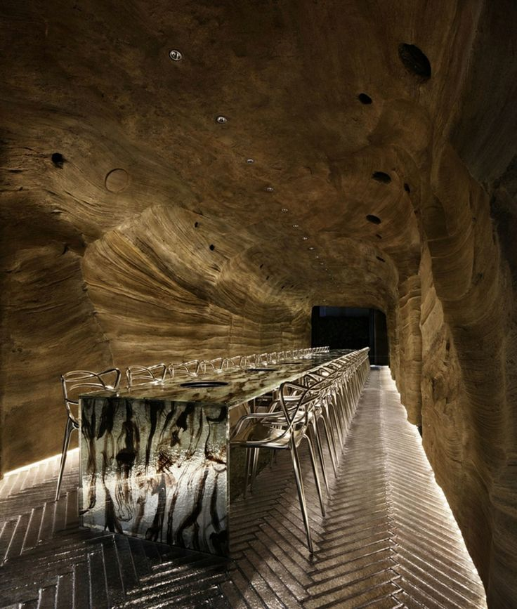 bodenbelag herringbone muster tisch rauchglas stühle höhlenartige umgebung #interior #restaurant
