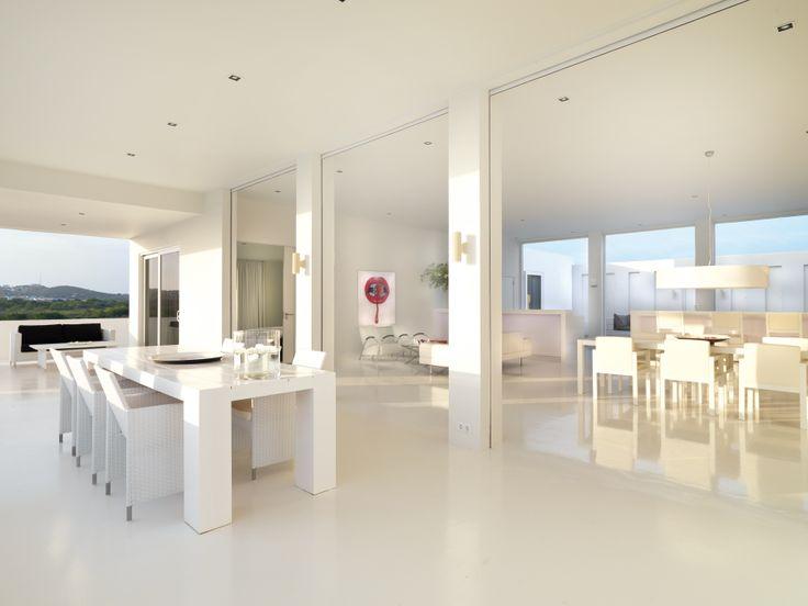 Villa in Curacao ontworpen door Jan des Bouvrie. Prachtige grote witte eettafel ontworpen door Jan des Bouvrie. Jan des Bouvrie