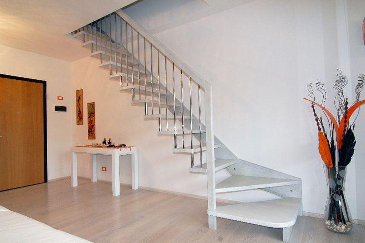 Oltre 25 fantastiche idee su illuminazione di scale su - Scale autoportanti in legno ...
