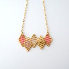 Un joli collier scandinave losange en perles Miyuki !