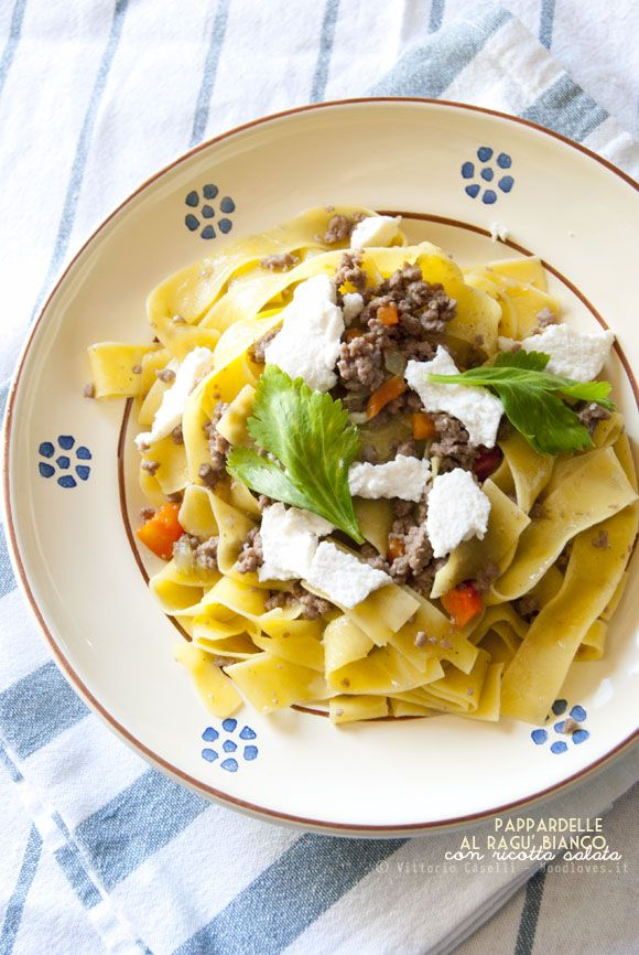 Pappardelle with white sauce with fresh ricotta salata - Pappardelle al ragù bianco di carne con ricotta salata - Noodloves