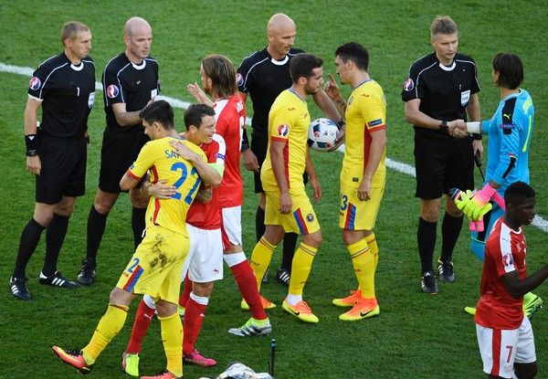 Swiss and Romanian players thank the match officials after a 1-1 draw following the Euro 2016 group A football match between Romania and Switzerland at the Parc des Princes stadium in Paris on June 15, 2016. / AFP / LIONEL BONAVENTURE