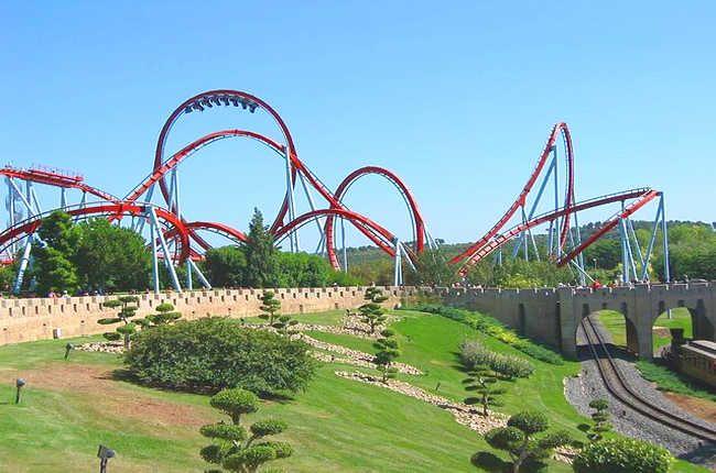 Trabajar en los principales parques de atracciones de España: http://trabajarporelmundo.org/encuentra-tu-empleo-en-alguno-de-los-parques-tematicos-de-espana/