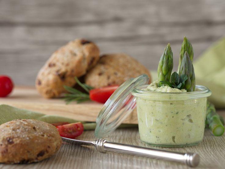 Endlich gibt es wieder Spargel! :) Spargel ist so was Tolles und schmeckt einfach am besten mit ein bisschen Schinken, Salbeibutter und Kartoffeln. AUßER es handelt sich um grünen Spargel! Denn den…