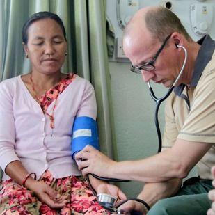 Um médico Testemunha de Jeová, que veio da Europa, verificando a pressão de uma vítima do terremoto