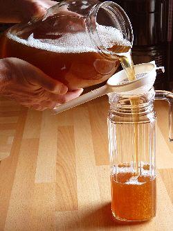 Kombucha selbst herzustellen ist ganz einfach. Nach 8-10 Tagen ist der leckere Kombucha-Tee fertig.