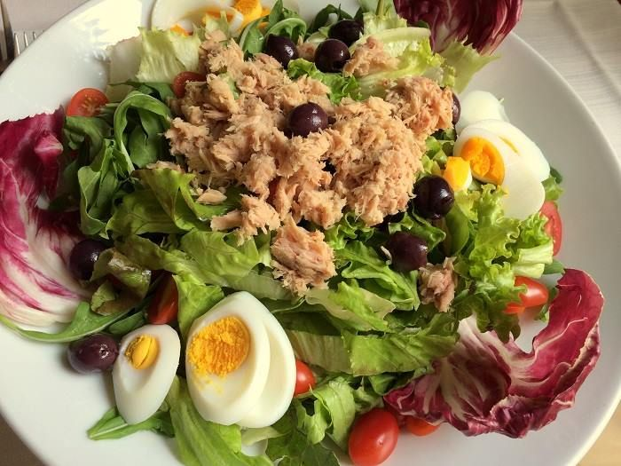 Uova sode, tonno, olive di Gaeta, insalata verde, radicchio e pomodorini..   Non c'è niente di meglio di una bella insalata con ingredienti freschi e biologici per una pausa #pranzo leggera ed appetitosa.. la giusta carica per affrontare il resto della giornata!  #lunch #alcristo #verona