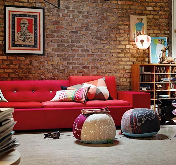 sair do mesmimo com sofá vermelho e parede de tijolos
