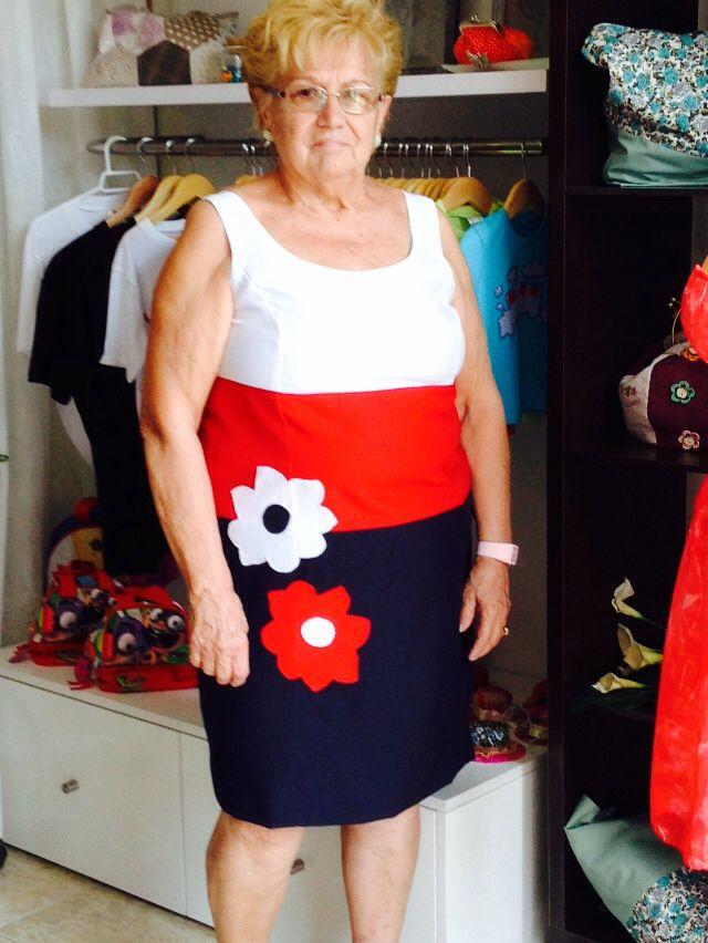 Vestido 3 colores, con detalle de dos flores grandes.