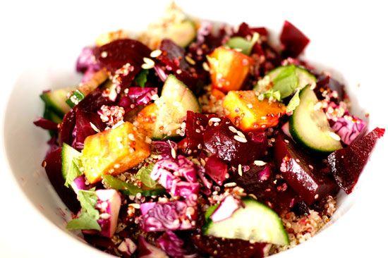 Vega salade met quinoa, bieten en zoete aardappel, ook lekker als diner met spelt pitabroodjes om te vullen. Ideaal met kinderen!!