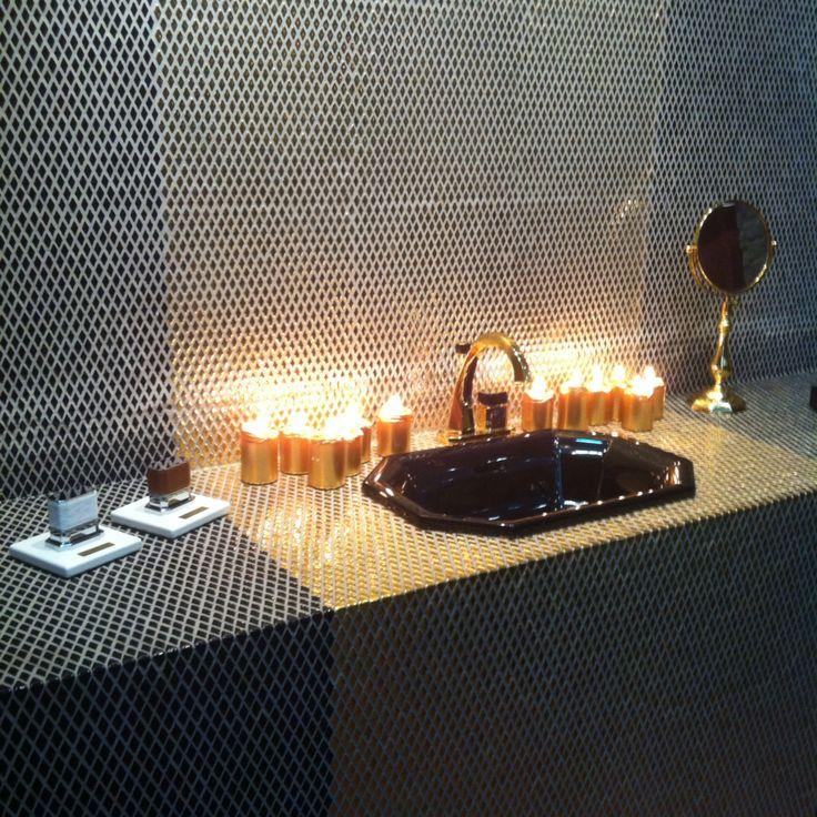 Самый оригинальный стенд на выставке #mosbuild2015 - Petracer's. Четко соблюденный стиль бренда, который славится ясностью и лаконичностью, продуманным диалогом форм и безкомпромиссностью выгодно сочетает классику и современность. Мозаика на сетке из натурального камня, кожаные ручки смесителей и сантехника, выдолбленная из цельного блока мрамора, поразившая на прошлом #iSaloni , выражают судьбу эволюционирующей роскоши. #smalta #smaltaitaliandesign #coffeeproject #coffeeandproject…