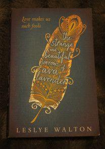 The Strange and Beautiful Sorrows of Ava Lavender av Laslye Walton burde komme med en advarsel; den er så vidunderlig vakker, men også så sjeledrepende tragisk. De siste 100 sidene bør leses uten forstyrrelser og med en god dose papirlommetørkler   edgeofaword