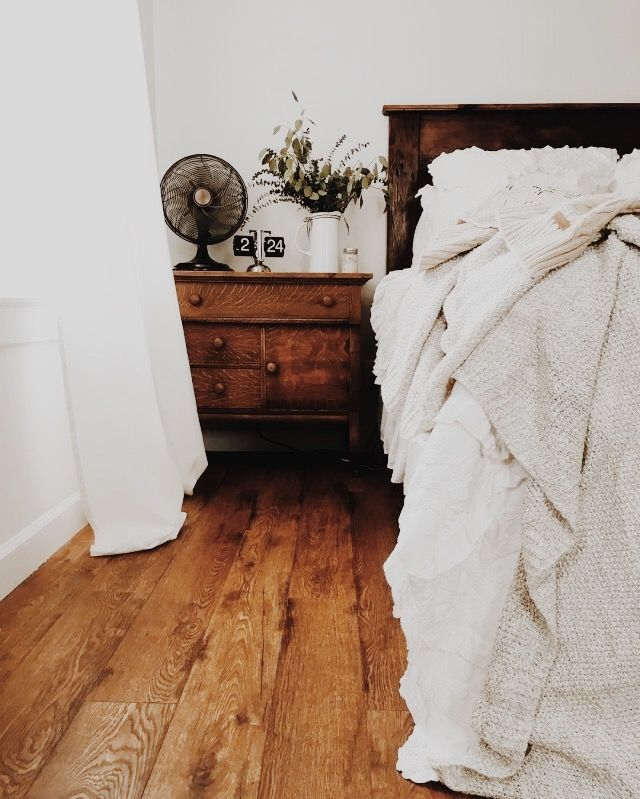 You Can Never Go Wrong With White Linens Medium To Dark Wood