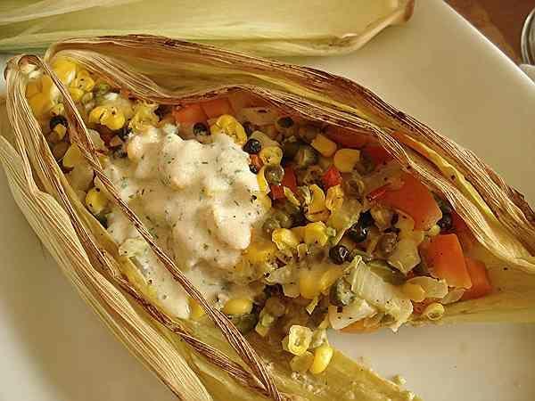 Овощное ассорти в листьях кукурузы