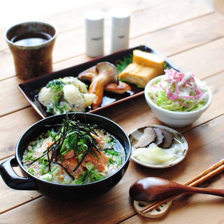 : 〈 Grilled salmon and rice with Japanese broth 〉 : 鮭茶漬け定食(?)でお昼ご飯。 鮭茶漬け、生野菜サラダ、だし巻き卵、焼きエリンギ、じゃがいもとブロッコリーのサラダ、漬け物です。 わー!ゴマが一粒落ちている…
