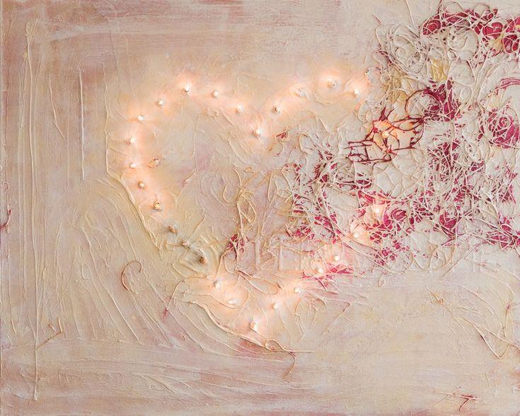 Verlicht hart is een abstract, 3D mixed media schilderij van Marloes van Zoelen van 80 x 100 cm in crème en roze met een hart van (kerst)lichtjes erop. | http://marloesvanzoelen.nl/schilderijen/verlicht-hart/ | NIET TE KOOP