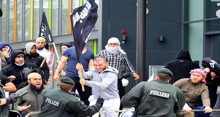 50 επικίνδυνοι ισλαμιστές κυκλοφορούν ελεύθεροι στην Γερμανία παρά την απόρριψη αίτησης ασύλου - Στην Ελλάδα πόσοι; Ενώ η γερμανική κοινωνία προσπαθεί να συνέλθει από το πρόσφατο τρομοκρατικό χτύπημα στο Βερολίνο  στο φως της δημοσιότητα έρχονται νέα στοιχεία από την αποτυχημένη και εγκληματική πολιτική των ανοιχτών συνόρων που προωθείται από την Μέρκελ και την γερμανική οικονομική ολιγαρχία.  Σύμφωνα με δημοσίευμα του Der Spiegel 50 επικίνδυνοι ισλαμιστές παρά την απόρριψη της αίτηση ασύλου…