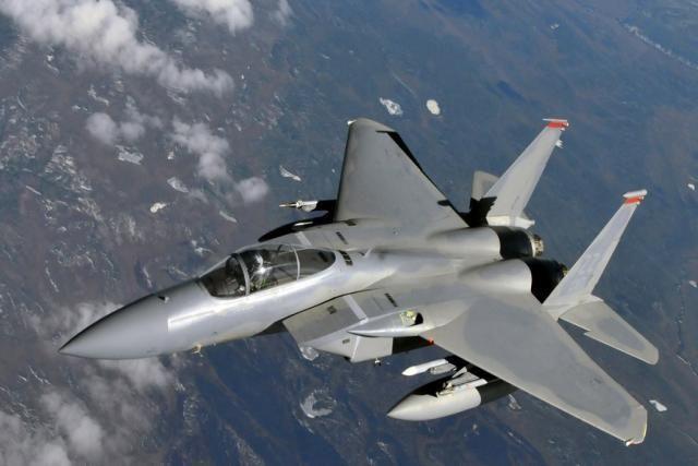 F-15 2655 km/h   El McDonnell Douglas F-15 Eagle, actualmente fabricado por Boeing, es un caza monoplaza táctico todo tiempo estadounidense creado para ganar y mantener la superioridad aérea en el combate aéreo. Su primer vuelo se realizó en julio de 1972. El modelo derivado F-15E Strike Eagle es un cazabombardero que entró en servicio en 1989.  La Fuerza Aérea de los Estados Unidos pretende mantener en servicio al F-15 Eagle hasta el año 2025.