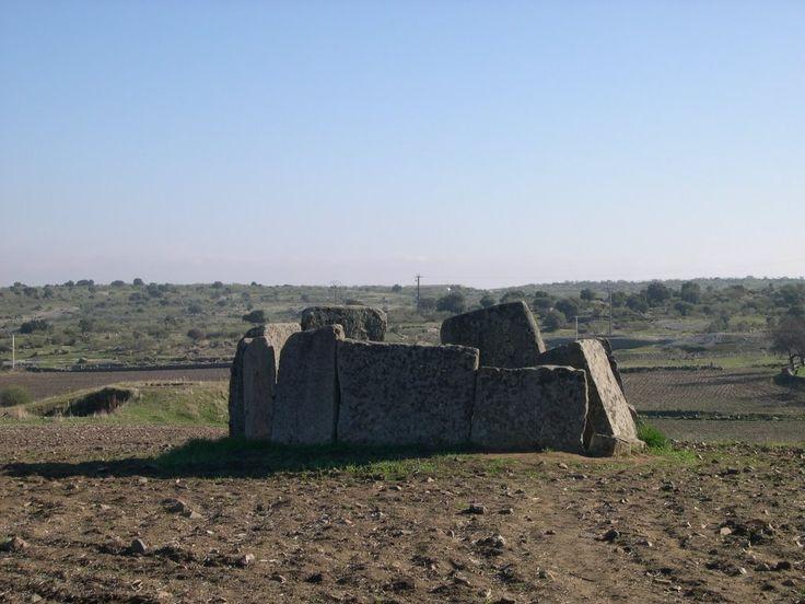 Uno de los dólmenes más importantes de Extremadura se encuentra en el llano de Magacela, bajo el monte donde se ubica esta población roqueña, protegida por su fortaleza.