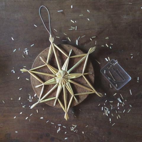 Auch anspruchsvollere Sterne lassen sich mit Strohhalmen verwirklichen. Wieder ganz ohne gekaufte Plastiklegehilfe - die gab es frühe...