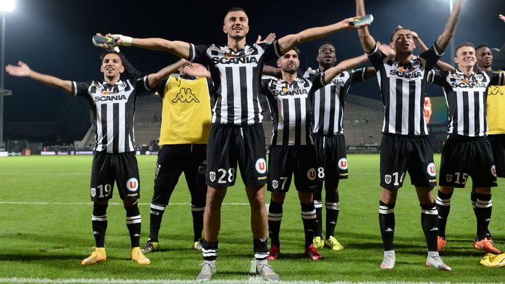 Synchronisation des joueurs avec leurs supporters pour fêter une victoire #9ine @Angers