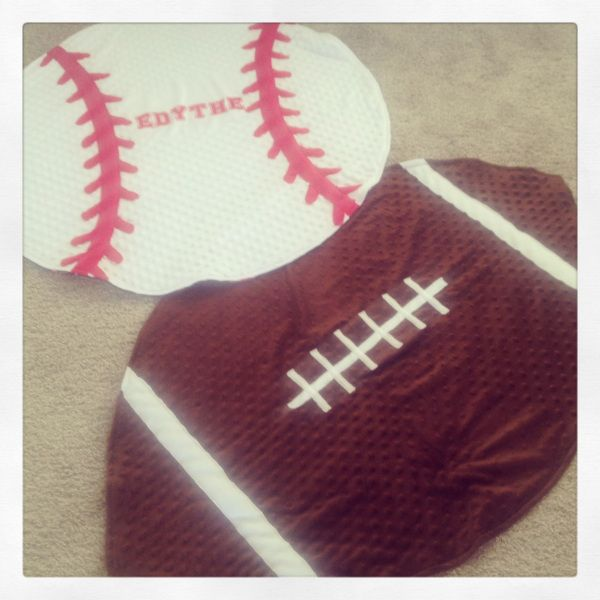 A few weeks ago I shared a great tutorial I had found for a football baby blanket. I loved it so much that I wanted to make a whole school gym locker worth of different sports blankets for my child…