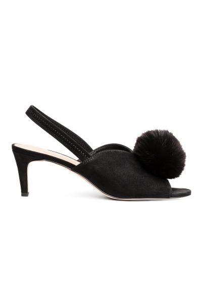 Önü dekoratif taklit kürk ponponlu suni süet sandalet. Açık burunlu, topukta lastik şeritli, kaplı topuklu. Saten astarlı, suni deri iç tabanlı, lastik alt
