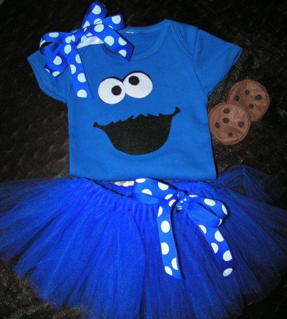 Kleding omhoog uw spooky cutie in dit schattige Cookie Monster kostuum met tutu en haar boog. Kijk voor de beschikbare maten. Kostuum omvat een korte mouw pak, haar boog, tutu. Gemaakt in een rook vrije studio van alle nieuwe materialen. Cookies niet opgenomen. Lint kan variëren.
