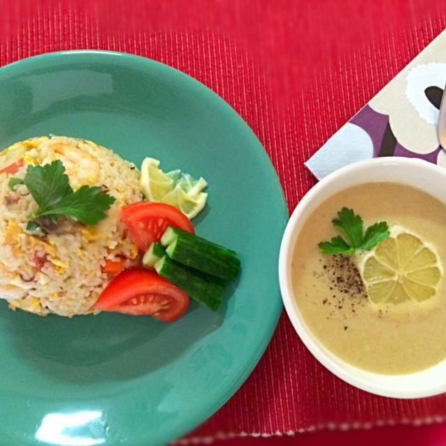 家にあったもので食べたいエスニック料理を。 スープはひよこ豆で作り、クミンとコリアンダー系の味、最後にレモンを絞り見ためよりさっぱり。炒飯はナンプラー、砂糖、ライムがなかったのでレモン汁で味付け。 - 13件のもぐもぐ - Asian food:Indian style beans soup and Thai style fried rice インドっぽい豆のスープとタイっぽい炒飯 by chocolatte