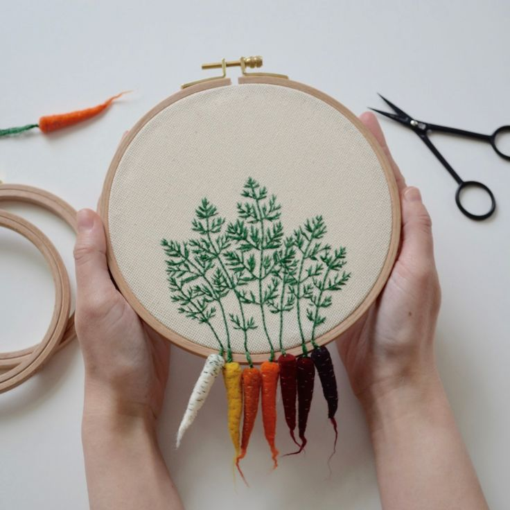 Hand made embroidery hoop designed with felt carrotsThe diameter is about 6 inches.The item is MADE TO ORDER. It will be prepared and shipped around 10 DAYS after the order is received.