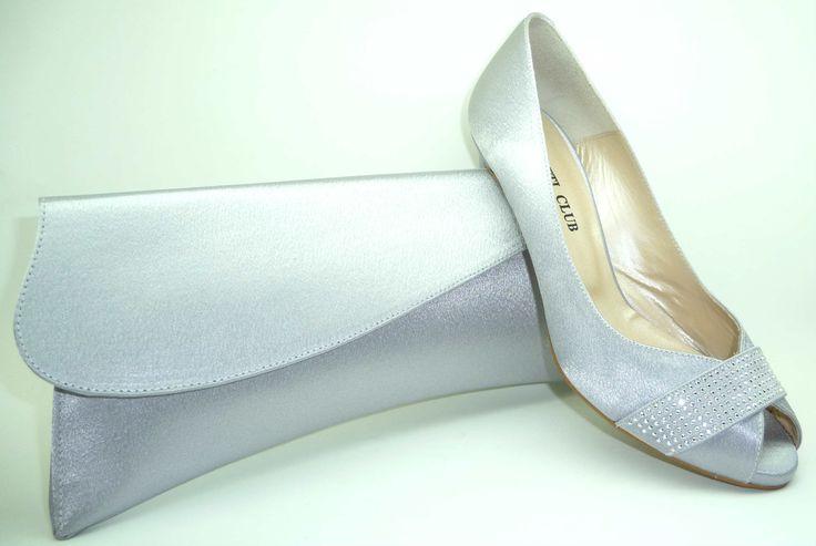 Zapato de vestir en fabricación confort-la planta va acolchada y todo el interior es de piel, exterior de raso.- Cartera a juego. Fabricado en España.-Disponible en www.dicorolo.com