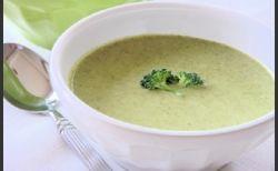 ΥΛΙΚΑ  1300γρ μπρόκολο ωμό τεμαχισμένο  2 κουταλιές της σούπας ελαιόλαδο  2 κρεμμύδια (κατά προτίμηση φρέσκα)  1 λίτρο ζωμός λαχανικών ή κοτόπουλου  Αλάτι, πιπέρι  4 κ σ γιαούρτι 2% στραγγιστό