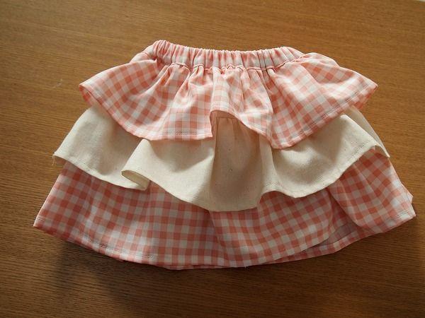 大人もそうですが、子供用スカートはウエストゴムが楽チン。 好みのパターンスカートを可愛くアレンジして、春のお出かけに。 簡単シンプルなゴムスカートにフリル、ギャザーを付けるだけで、女の子の気分が上がること間違いなしです。