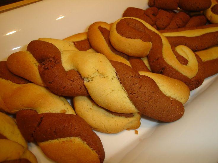 Υλικά 3 φλιτζάνια αλεύρι(φαρίνα) 1 φλιτζάνι ζάχαρη (ή 3/4 φλιτζ. φρουκτόζη) ¾ φλιτζανιού ελαιόλαδο Μισό φλιτζάνι φρέσκο χυμό πορτοκάλι 1 κουταλιά σκόνη κακάο 1 κουταλιά ξύσμα από πορτοκάλι Μισό κο…