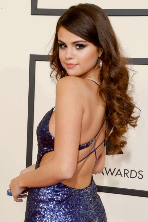 Selena Gomez's Hair Tuck The subtlest tuck on the red carpet goes to Selena Gomez here, who's rocking smooth strands up top that are hidden behind her ear to highlight her mermaid-eque curls. Try wearing a headband for an extra style accent on top that has the same effect.