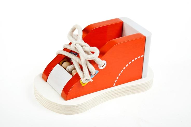 Zapato de madera para que los niños aprendan a atarse los cordones. Edad: 36 meses. Material: Madera. Dimensiones: 20 cm. http://duldi.com/juguetes-para-ni-os-zapatito-madera.html