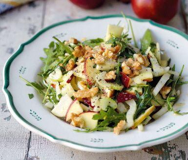 Ett perfekt grönt tillbehör eller som en vegetarisk huvudrätt. Den här matiga salladen med äpplen, selleri, valnötter och rucola funkar precis lika bra på buffébordet som till julmaten.