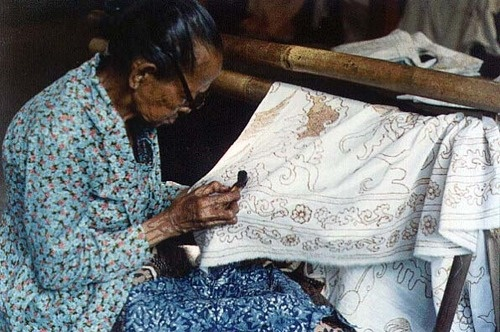 Batik is generally thought of as the most quintessentially Indonesian textile. Motifs of flowers, twinning plants, leaves buds, flowers, birds, butterflies, fish, insects and geometric forms are rich in symbolic association and variety; there are about three thousand recorded batik patterns.