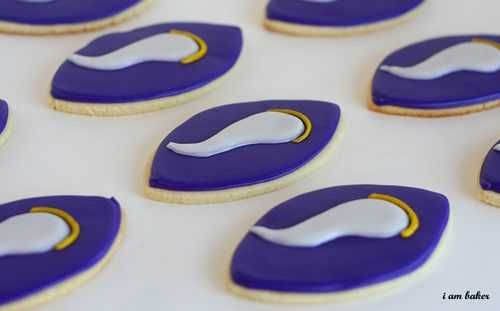 I loved this order of cookies I did. Even though I shipped these cookies all the way to Tennessee, they were very near and dear to my hometown girl heart. First I made a bunch of these. Can you guess the team? Why yes, its the Minnesota Vikings! Then I made a bunch of these. What about that logo...