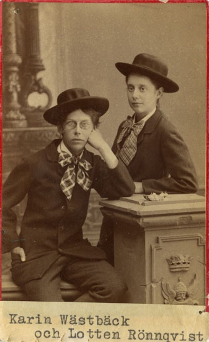 """""""Karin Wästbäck [Carin Wästberg] föreståndarinna för Handarbetets vänner. Dotter till författarinnan """"Anna A"""" samt Lotten Rönqvist"""" enligt upplysning på fotots baksida."""