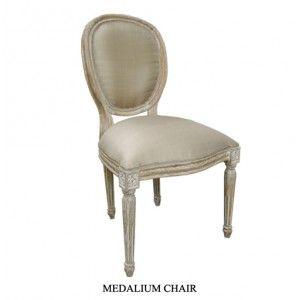 Très jolie chaise médaillon cérusée et tissu grey.  http://www.deco-prive.com/ #decoration #cérusé #decoprive