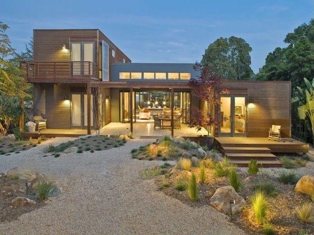 Flachdachhaus aus rechteckigen Prismen-naturnahe Vorgarten-Gestaltung mit Beleuchtung