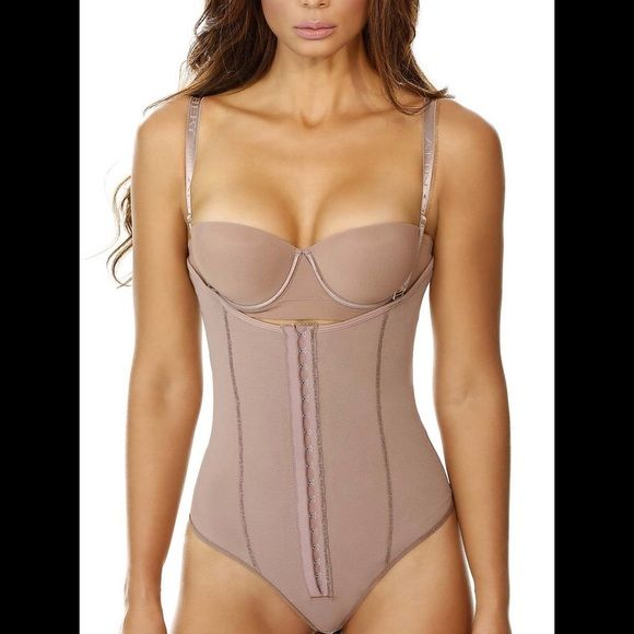 FAJA ANN CHERY CASANDRA 5149 FAJA ANN CHERY CASANDRA 5149 The Powernet compression of the Colombian Girdle Ann Chery Casandra 5149 will smooth and shape your body for an instant knockout look. This Compression Garment comes with an elegant design, with adjustable straps that can be removed. It is easy to put on and take off. The bodyshaper comes with a lycra lining on the inside that maximizes comfort, and powernet on the outside that guarantees compression. Ann Chery Intimates & Sleepwear…