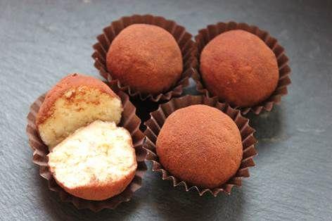 Tartufini al tiramisùTempo: 20 minuti SPESA: 3 euro Ingredienti: •250 g di mascarpone •100 g di savoiardi •50 g di zucchero •25 ml di caffè (circa mezza tazzina) •cacao Procedimento: 1.Per prima cosa mettete i savoiardi in un robot da cucina e sbriciolateli tutti, quasi a ridurli in farina. 2.Mettete le briciole ottenute in una ciotola. Aggiungete mascarpone, caffè e zucchero e amalgamate aiutandovi o con un cucchiaio o con uno sbattitore. Terminate impastando ancora un po' con le mani, in…